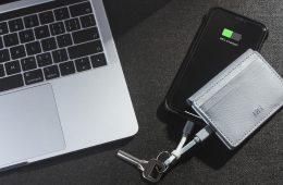 les marques INÉ et FR-BG se sont associés pour créer un porte-cartes en cuir recyclé avec batterie externe intégrée.