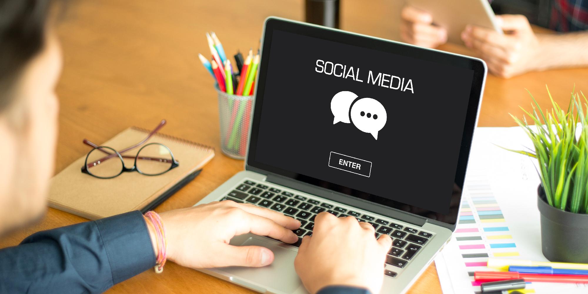 Découvrez les tendances 2021 en matière de social media.