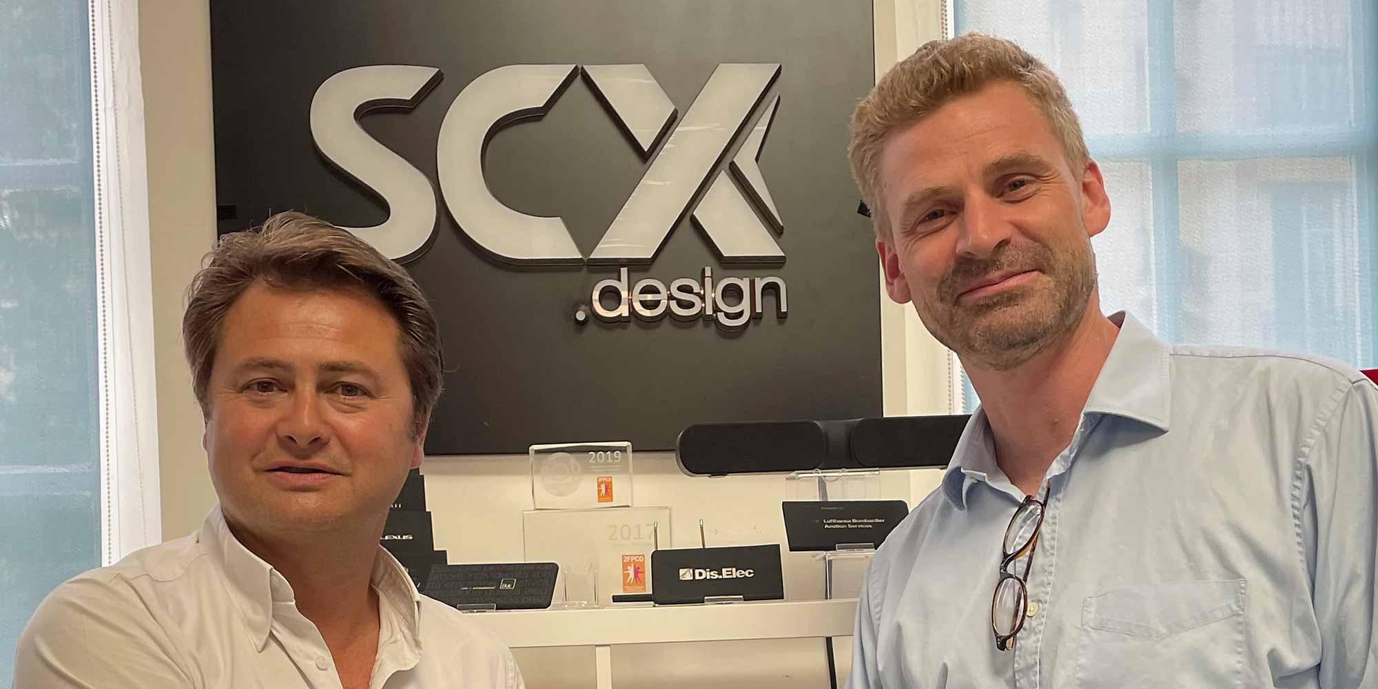 L'accord de distribution des produits SCX Design aux Etats-Unis et au Canada a été signé par Stanislas Confavreux, Pdg de SCX, et Pierre Montaubin, vice-président de Koozie Group.